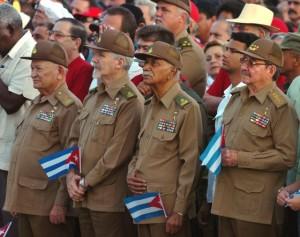 Raúl Castro (derecha), junto a varios comandantes cubanos, durante el acto del último aniversario del asalto al cuartel Moncada, en julio de 2007. / ALEJANDRO ERNESTO (EFE)