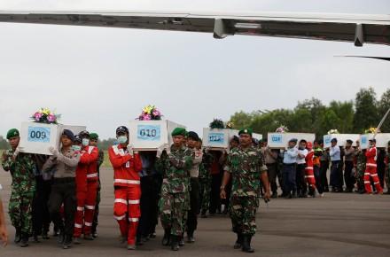 Recuperan 30 cadáveres del avión que se estrelló en Indonesia